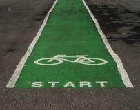 在公园发动自行车 库存照片