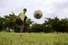 在公园哄骗打橄榄球和足球赛 免版税库存图片