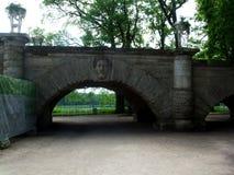 在公园圣徒Peterburg, Tsarskoye selo的石桥梁 库存照片