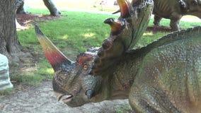 在公园头和矛的现实styraseurus恐龙在脖子 股票录像