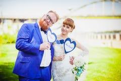 在公园婚礼的美好的夫妇 免版税图库摄影