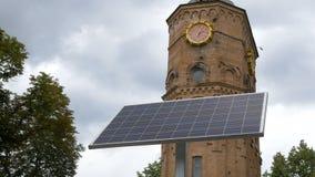 在公园安装的小太阳能电池在钟楼附近 模式技术和纳米技术在每天 影视素材