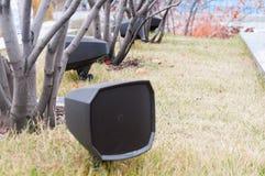 在公园安装的现代扩音器在台阶附近,撒布与秋叶 库存图片