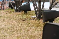 在公园安装的现代扩音器在台阶附近,撒布与秋叶 免版税库存图片