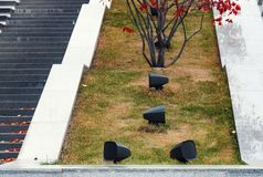 在公园安装的现代扩音器在台阶附近,撒布与秋叶 免版税库存照片