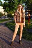 在公园庭院夏天autum的美好的性感的女孩步行 图库摄影