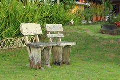 在公园把椅子换下场在庭院里 库存图片
