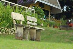 在公园把椅子换下场在庭院里 免版税库存图片