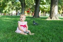 在公园拍与一台照片照相机的照片的女孩 免版税库存照片