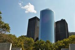在公园旁边的办公楼 免版税库存照片