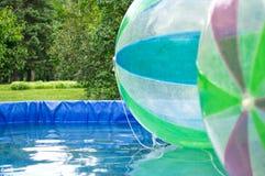 在公园游泳池的空球 库存照片