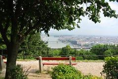 在公园的一个观点在小山在布达佩斯,一个看法向多瑙河和议会大厦  免版税库存图片