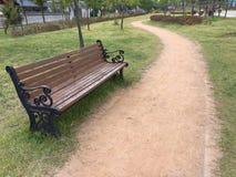 在公园的一条长凳 免版税库存图片