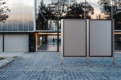 在公园的两个空白的横幅立场 空的广告牌广告 3d翻译 库存照片