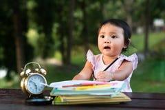 在公园的亚洲小的小小孩图画,当看空的空间拷贝sace时 库存图片