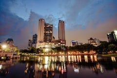在公园的反射大厦 免版税库存图片