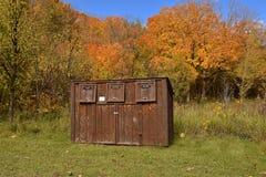 在公园的回收站 免版税库存照片