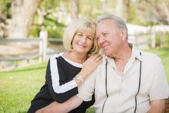 在公园的富感情的资深夫妇画象 库存照片