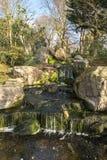 在公园的小小瀑布 免版税库存图片