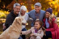 在公园的快乐的多代的家庭 图库摄影