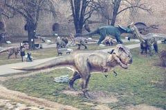在公园的恐龙展览 免版税库存图片