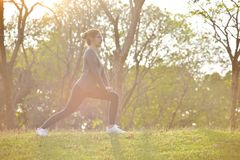 在公园的愉快的亚洲女性锻炼 免版税库存照片