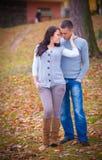 在公园的新夫妇 图库摄影