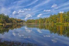在公园的晴朗的秋天反射 免版税库存图片