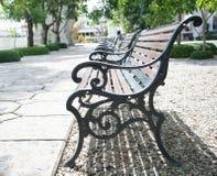 在公园的木公园长椅 免版税库存图片