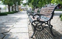 在公园的木公园长椅 库存照片