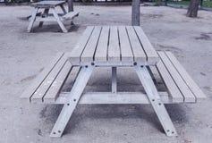 在公园的木桌 免版税库存照片