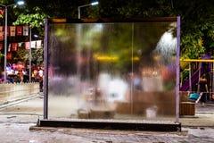 在公园的水流动的玻璃窗格在晚上在土耳其 库存照片