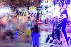 在公园的水流动的玻璃窗格在晚上在土耳其 图库摄影