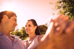 在公园的爱恋和愉快的夫妇跳舞 皇族释放例证