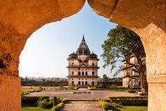 在公园的看法有印地安建筑学的例子的 免版税库存照片