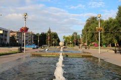 在公园的美丽的喷泉在城市 免版税库存图片