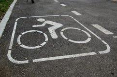 在公园的自行车道 免版税库存图片