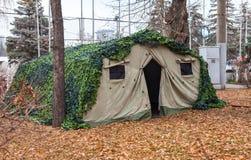 在公园的被伪装的军用帐篷 免版税库存图片