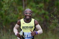 在公园的马拉松适合的人民连续种族 免版税库存照片