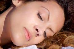 在公园睡觉特写镜头的草的愉快的妇女 免版税库存照片