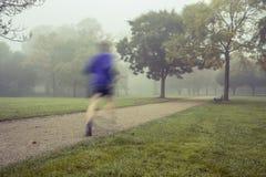 在公园跑的早晨 免版税库存照片