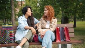 在公园长椅上闲聊的开心的年轻女性 影视素材