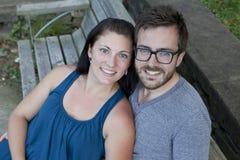 在公园长椅的新夫妇 免版税图库摄影