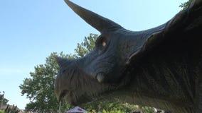 在公园顶头关闭的现实tricheraptus恐龙 影视素材