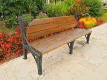 在公园,春天寒冷的背景的长凳 免版税库存照片