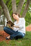 在公园读书的妇女 免版税图库摄影