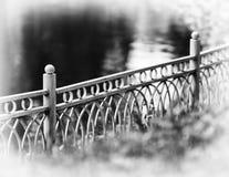在公园bokeh小插图的水平的对角黑白篱芭 库存照片