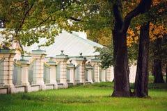 在公园oranienbaum的篱芭 免版税库存照片