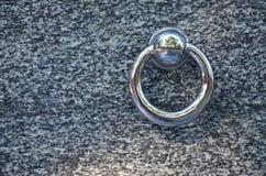 在公墓坟墓的金属圆环  在花岗岩坟茔盖子的生锈的铁把柄 19世纪古色古香的公墓在Lvi 免版税库存图片
