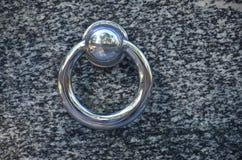 在公墓坟墓的金属圆环  在花岗岩坟茔盖子的生锈的铁把柄 19世纪古色古香的公墓在Lvi 图库摄影